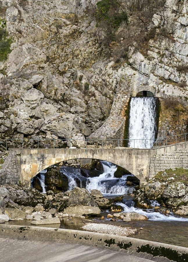 Poca fonte d'acqua che viene da un canale fotografia stock