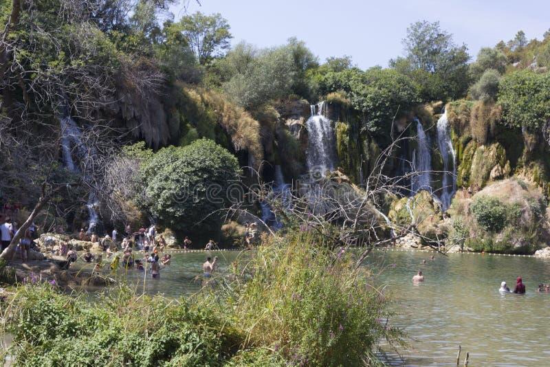 Poca gente che prende un bagno nello stagno delle cascate di Kravice immagine stock libera da diritti