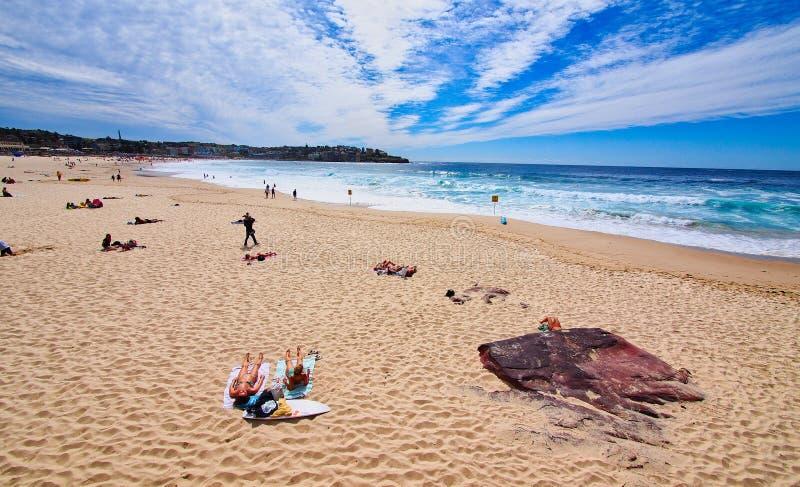 Poca gente sulla spiaggia di Bondi, Sydney, Australia immagine stock