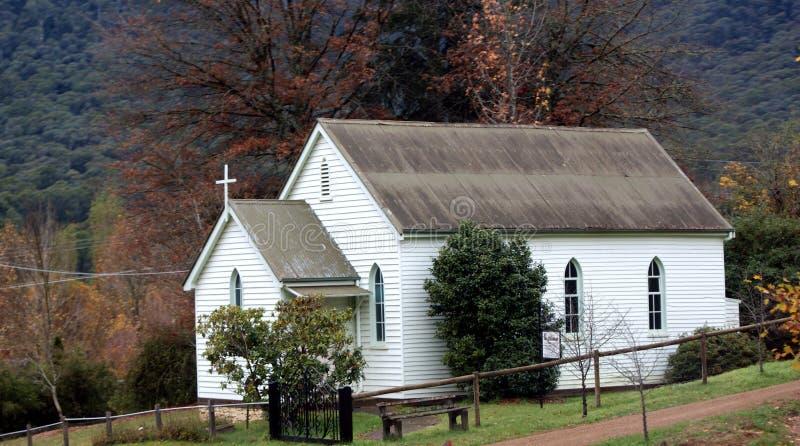 Poca iglesia blanca imagenes de archivo