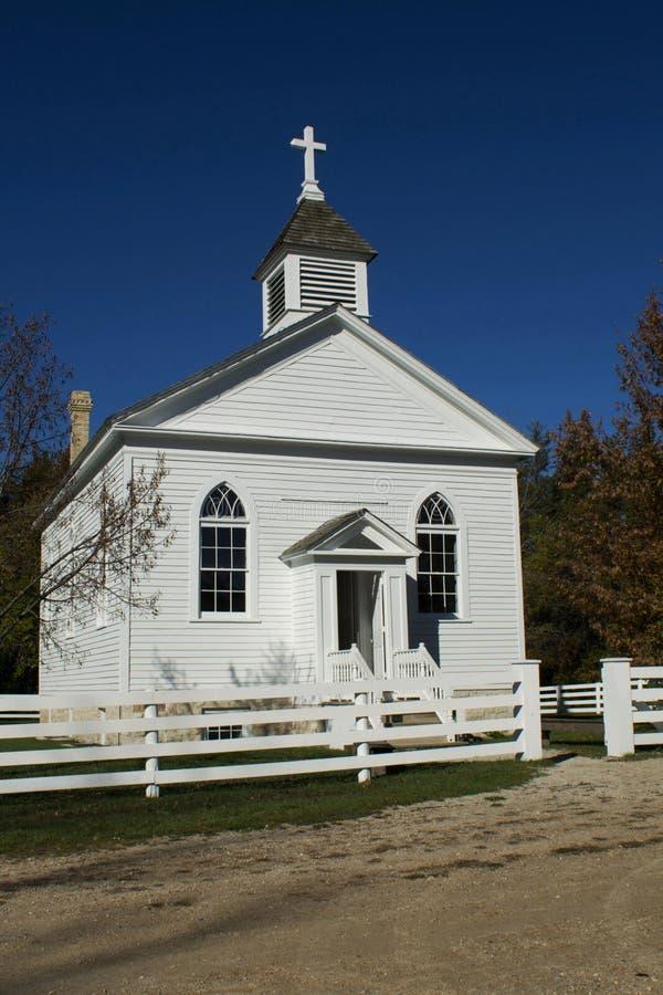 Poca iglesia blanca del país imagenes de archivo