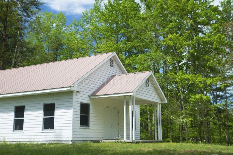 Poca iglesia blanca del país en Tennessee rural imagen de archivo