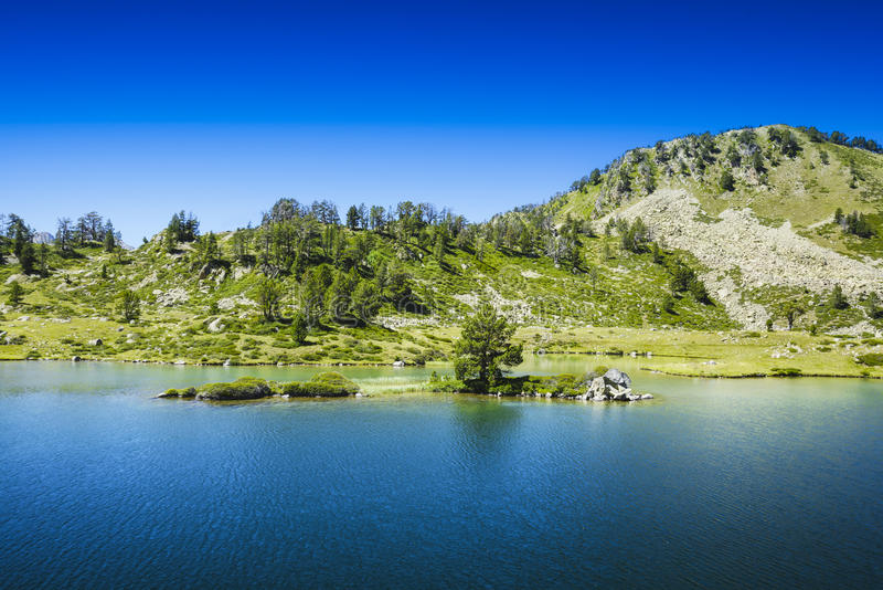 Poca isla sobre la laca de Bastan, santo Lary Soulan foto de archivo