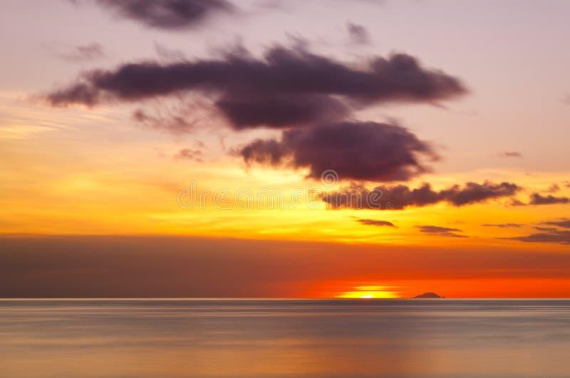 Poca isola con il tramonto variopinto, Antigua fotografia stock