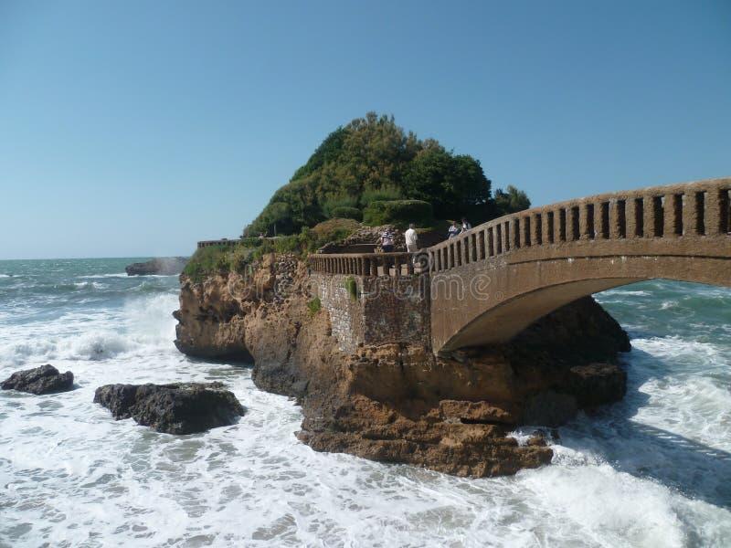Poca isola sulla parte anteriore di mare di Biarritz immagini stock libere da diritti
