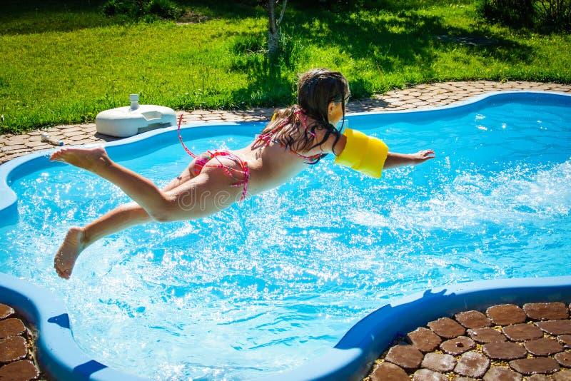 Poca muchacha de la diversión es piscina imágenes de archivo libres de regalías