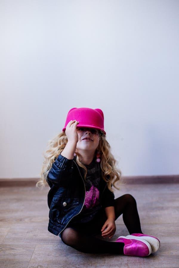 Poca muchacha de la moda en piso imagen de archivo