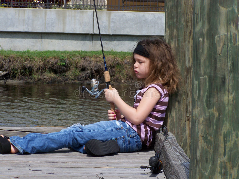 Poca muchacha de la pesca que soña despierto imagen de archivo