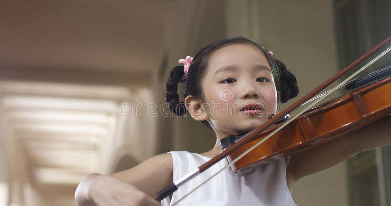 Poca muchacha del violín imágenes de archivo libres de regalías