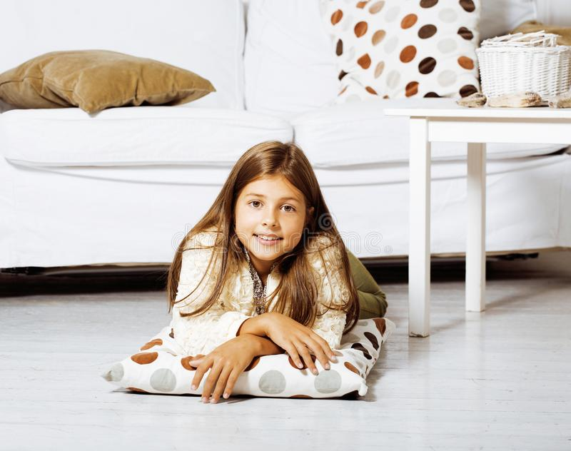 Download Poca Muchacha Morena Linda En Casa U Cercano Sonriente Feliz Interior Foto de archivo - Imagen de adorable, dentro: 100530976
