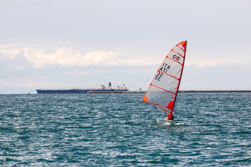 Poca nave del deporte en el mar de Italia foto de archivo