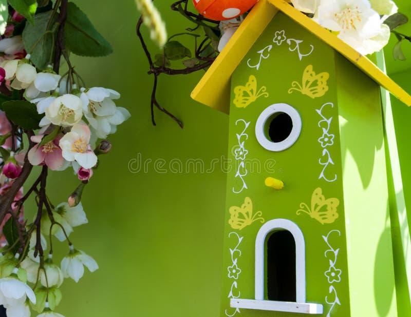 Poca pajarera en primavera sobre cerezo y mariquita del flor imagenes de archivo