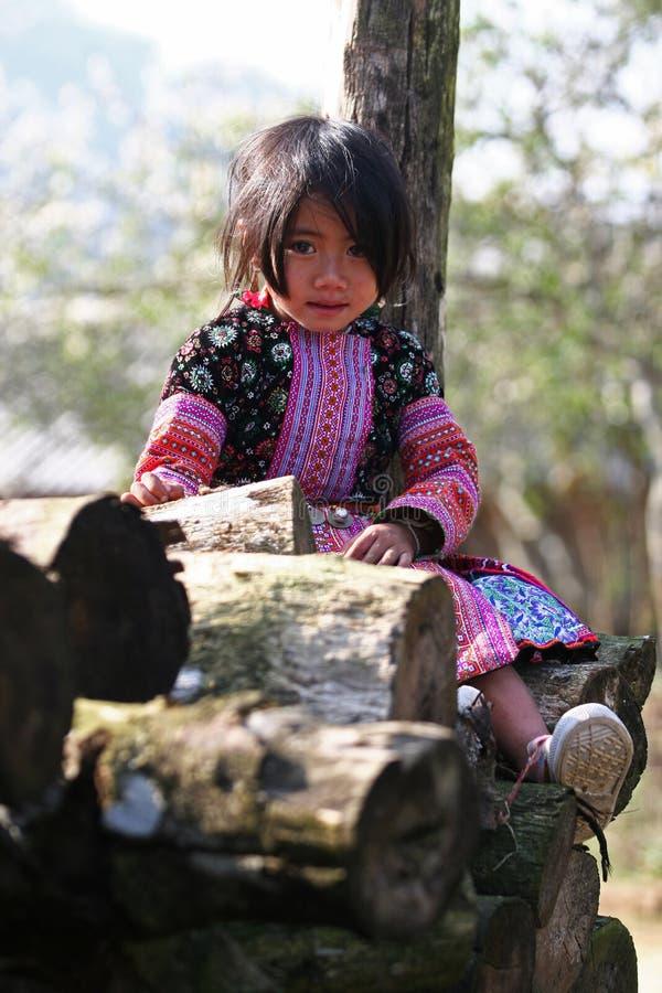 Poca presentación de la muchacha de Hmong imagenes de archivo