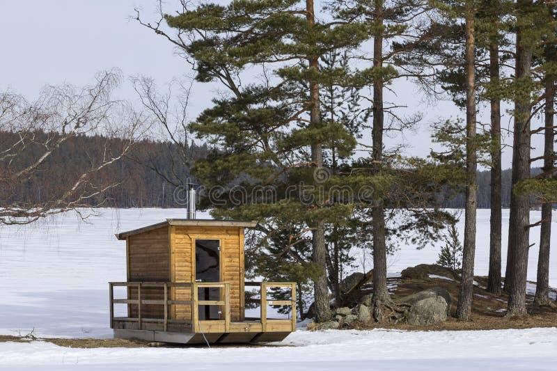 Poca sauna, sweatbath, cerca de un lago sueco típico imagenes de archivo