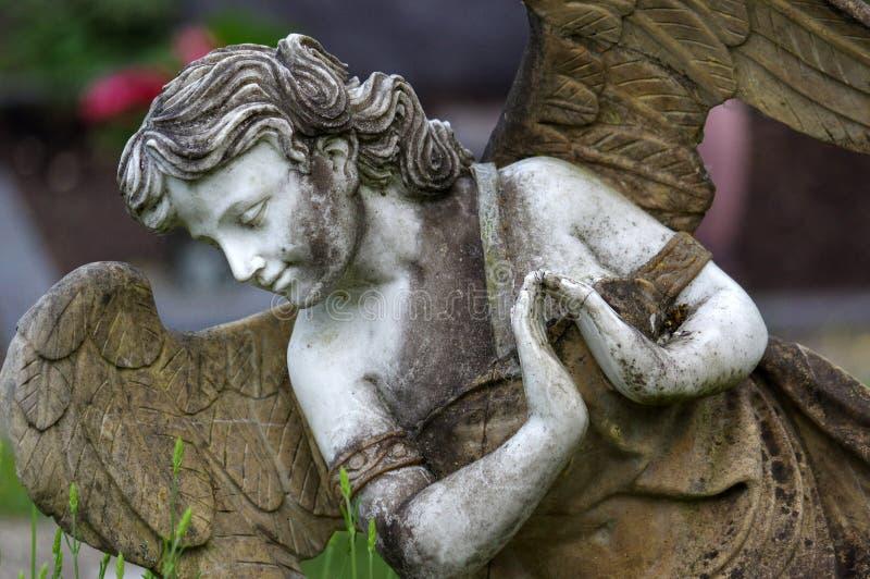 Poca scultura di angelo decora in piccolo giardino immagini stock libere da diritti