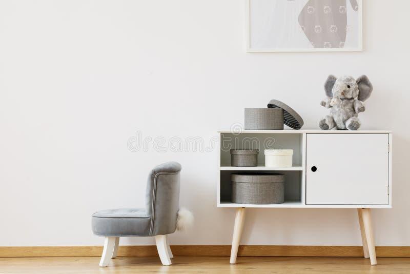 Poca silla gris fotografía de archivo