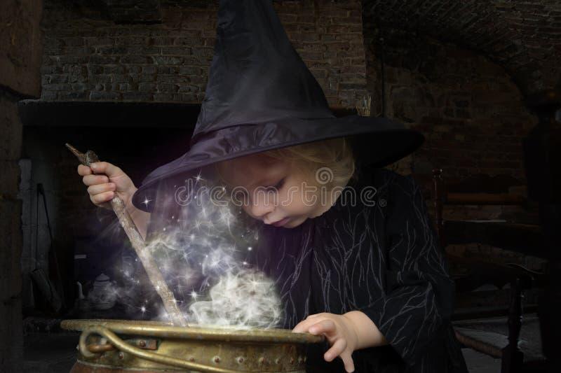 Poca strega di Halloween immagine stock