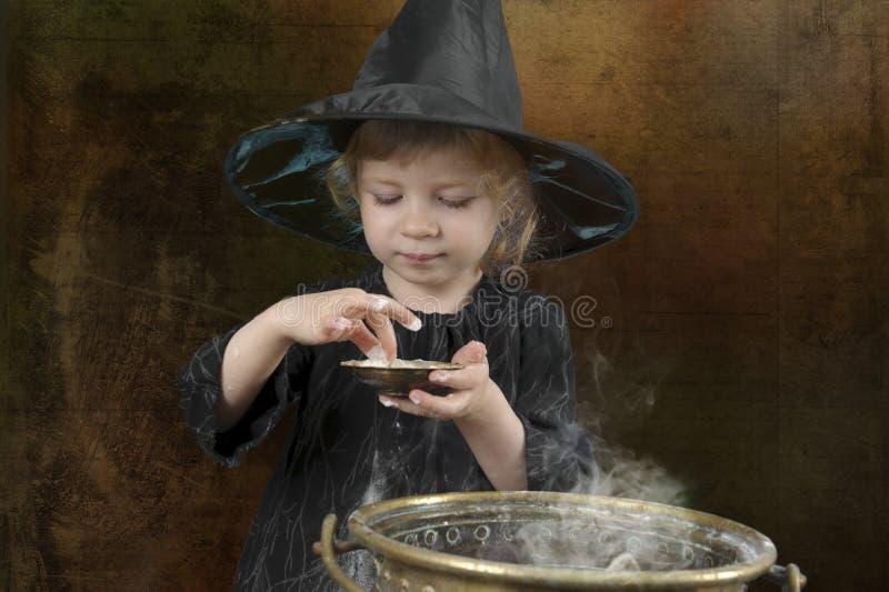 Poca strega di Halloween con il calderone immagine stock