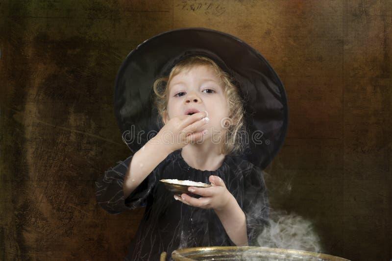 Poca strega di Halloween con il calderone fotografia stock libera da diritti