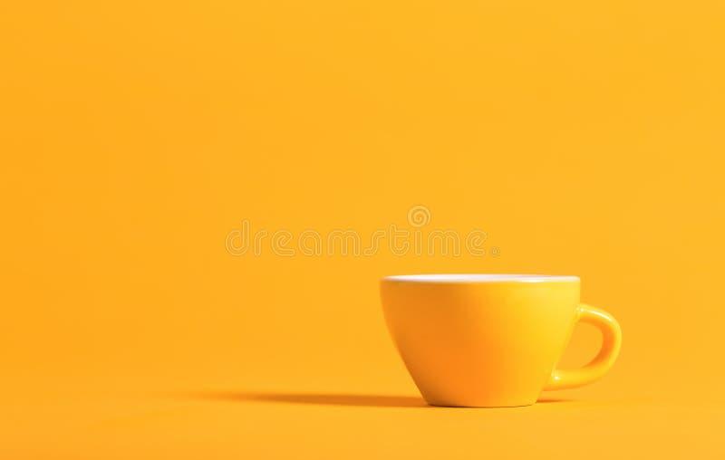Poca taza de té en un fondo brillante imagenes de archivo