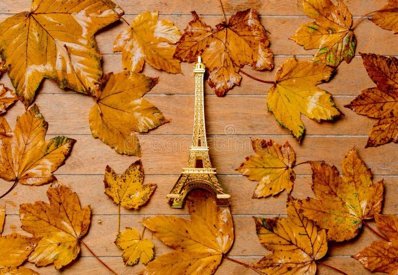 Poca torre Eiffel del vintage con las hojas de arce imagen de archivo libre de regalías