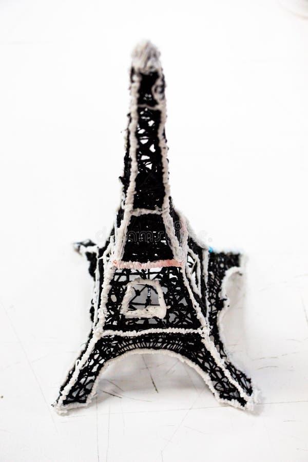 Poca torre Eiffel en un fondo blanco fotos de archivo