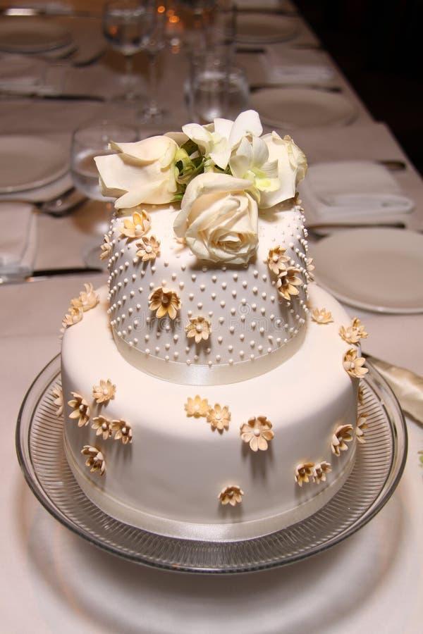 Poca torta de boda clásica imagen de archivo libre de regalías