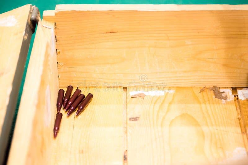 Pocas balas se fueron en la parte inferior de la caja de madera de la munición foto de archivo libre de regalías