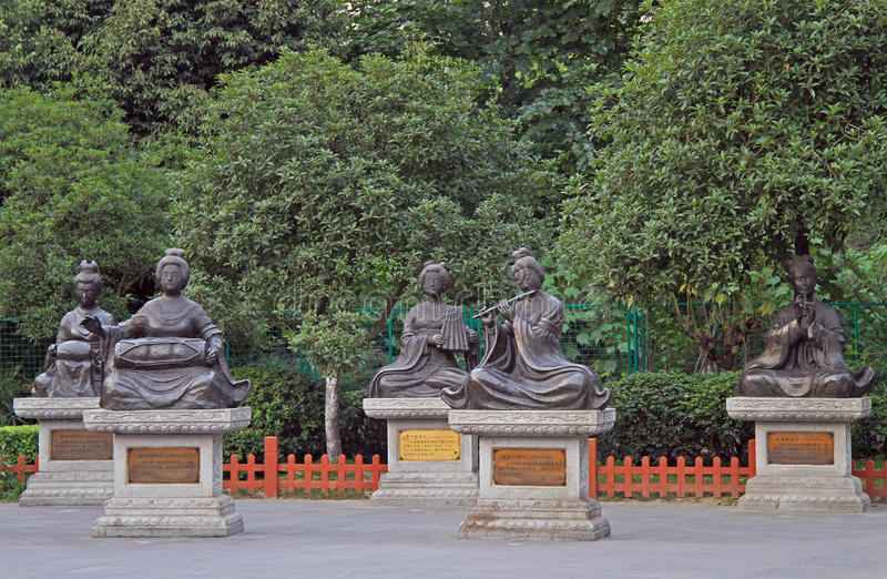 Pocas esculturas de mujeres en el parque, Chengdu fotos de archivo