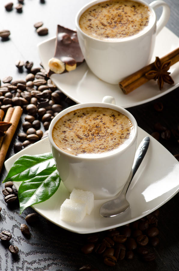 Pocas tazas de cappuccino imagen de archivo