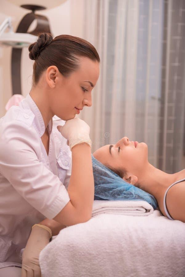 Pocedure del cuidado de piel profesional de la cosmetología fotografía de archivo libre de regalías