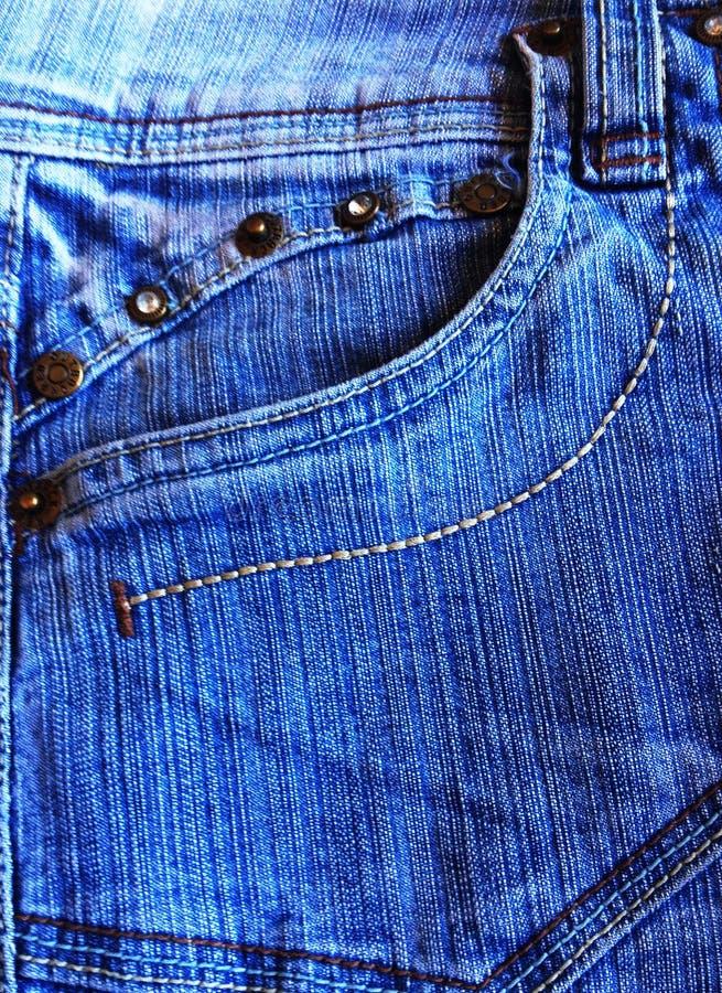 Poche bleue de denim avec les goujons bruns images stock