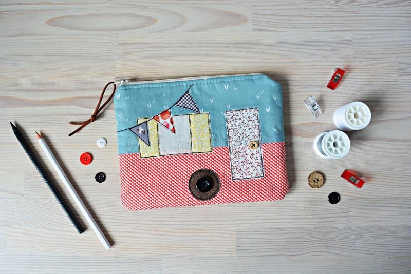 Poche, boutons, fil, crayons et agrafes campants de tirette photographie stock libre de droits