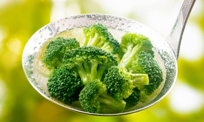 Poche complètement de jeunes fleurons frais cuits à la vapeur de brocoli photo libre de droits