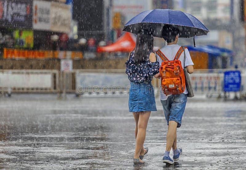 Poche coppie nella pioggia fotografia stock libera da diritti