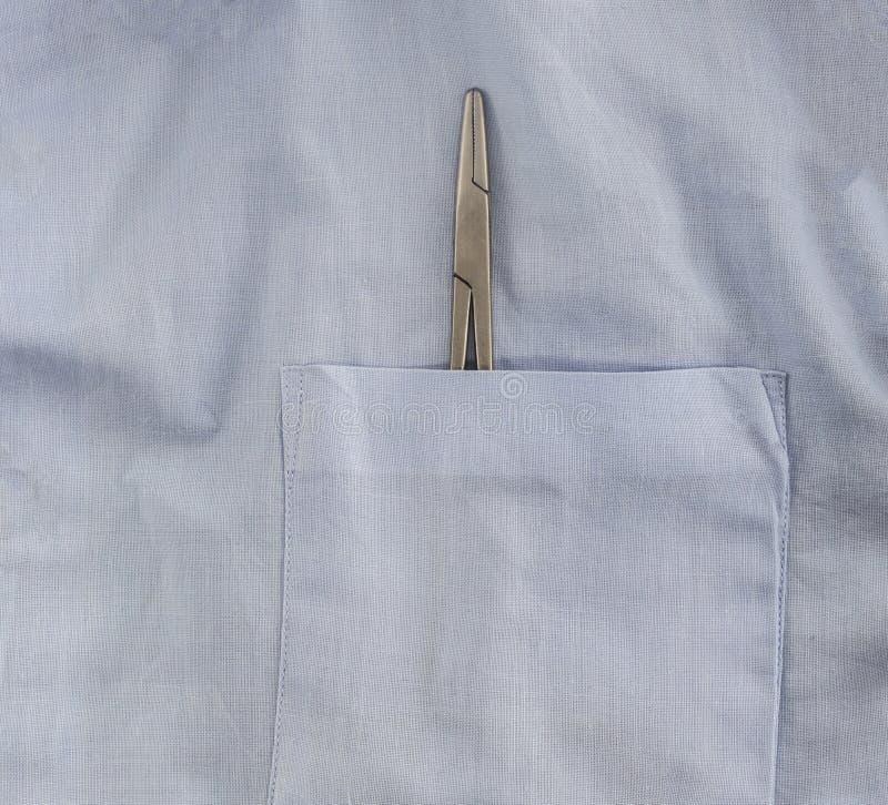 Poche de dentiste avec l'instrument dentaire, plan rapproché de brucelles image libre de droits