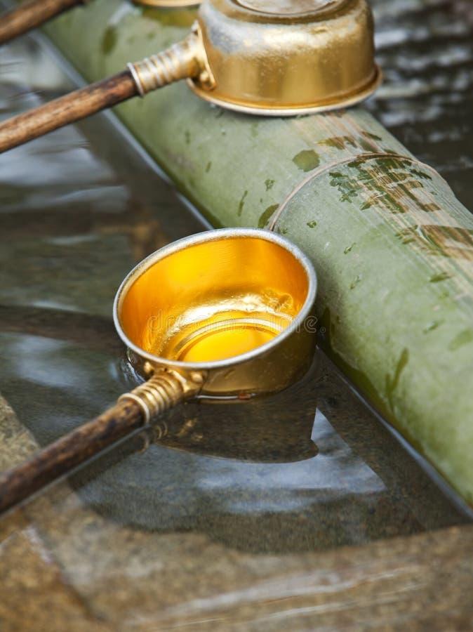 Poche de l'eau au tombeau de Shinto photos stock
