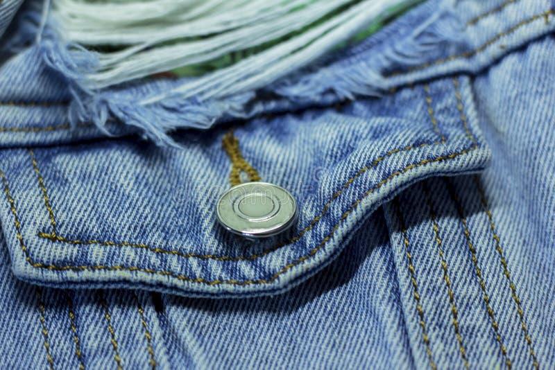 Poche de veste de denim avec le bouton en métal et les franges à la mode photographie stock libre de droits