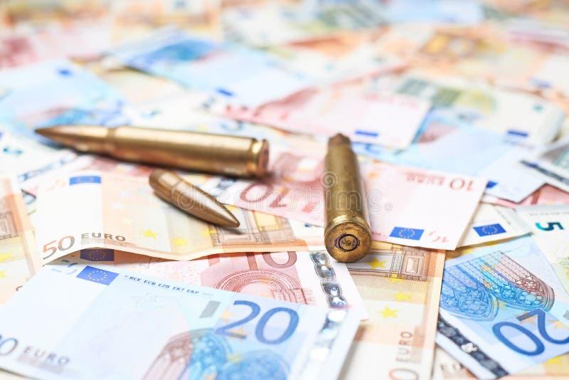 Poche pallottole sopra il mucchio di soldi immagini stock libere da diritti