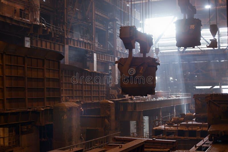Poches de sidérurgie sur la grue s'arrêtant sur l'aciérie photographie stock libre de droits