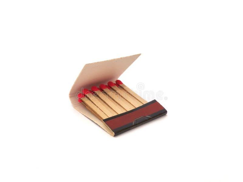 Pochette d'allumettes ouverte avec les allumettes rouges d'isolement sur le fond blanc image libre de droits