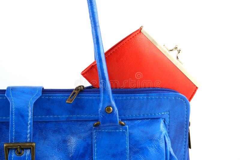 Pochette rouge dans un sac à main image stock
