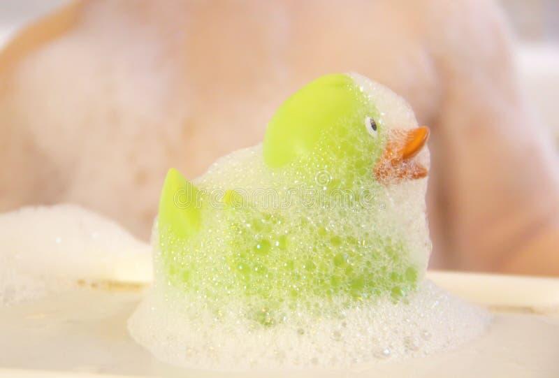 Pochi anatra del bagno e bambino di bagno immagini stock