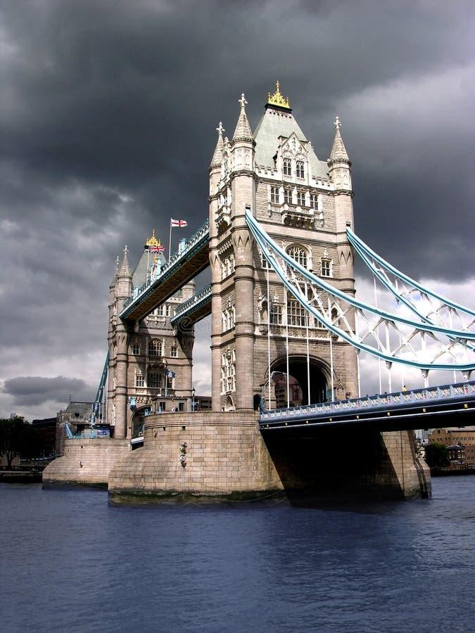 pochmurno na most tower dnia zdjęcie stock
