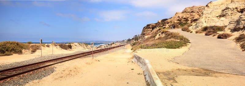 Pociągów ślada biegający przez San Clemente stanu plaży obrazy royalty free