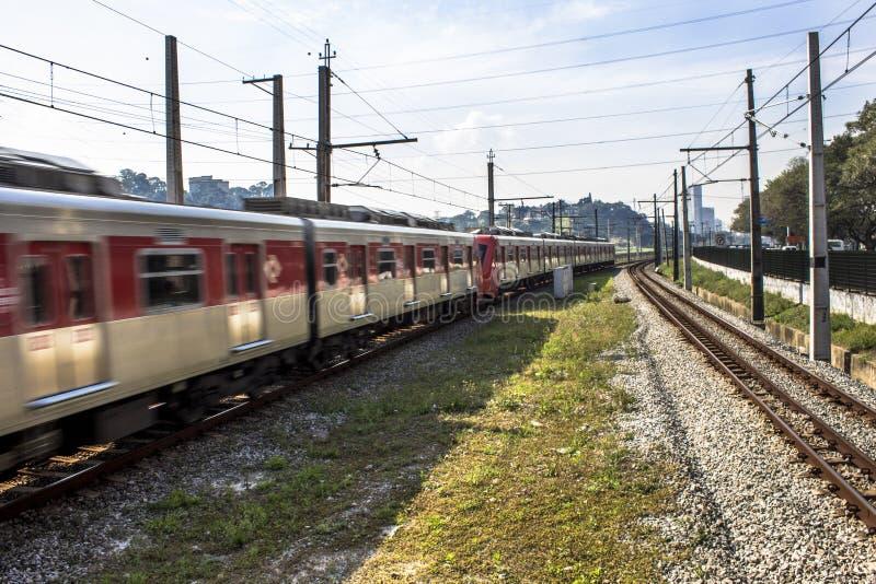 Pociąg biega along na Sao Paulo Metropolita Trenujący Firma zdjęcie royalty free