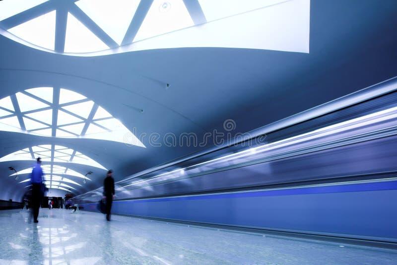 pociąg czeka tłum obrazy stock
