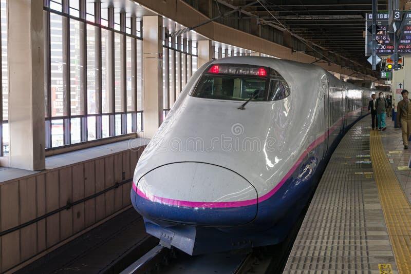 Pociąg E2 serii pociska Szybkościowego lub Shinkansen () obrazy royalty free