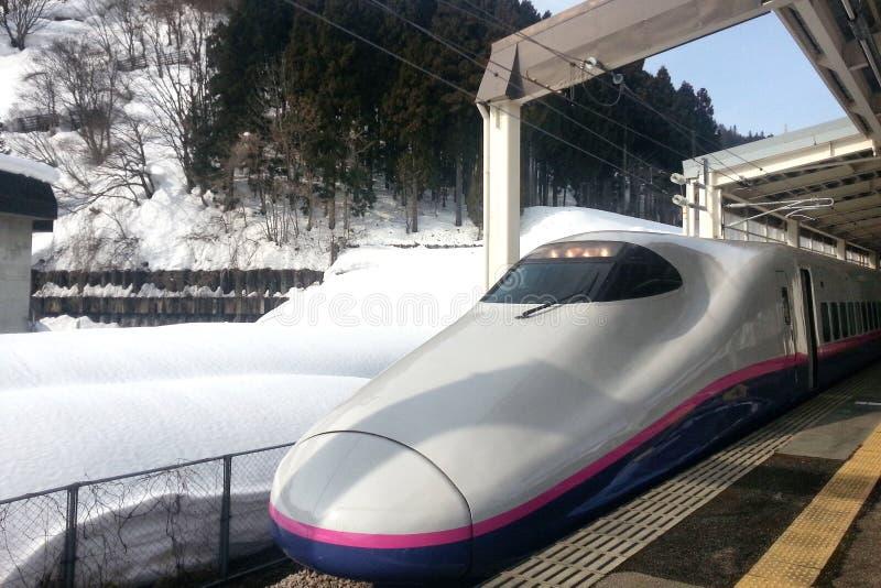 Pociąg ekspresowy przyjeżdża przy stacją kolejową zdjęcia royalty free