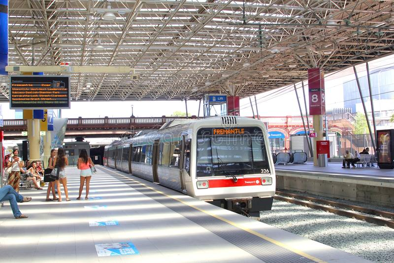 Pociąg Freemantle odjeżdża od Northbridge staci kolejowej, Perth, Australia zdjęcie royalty free